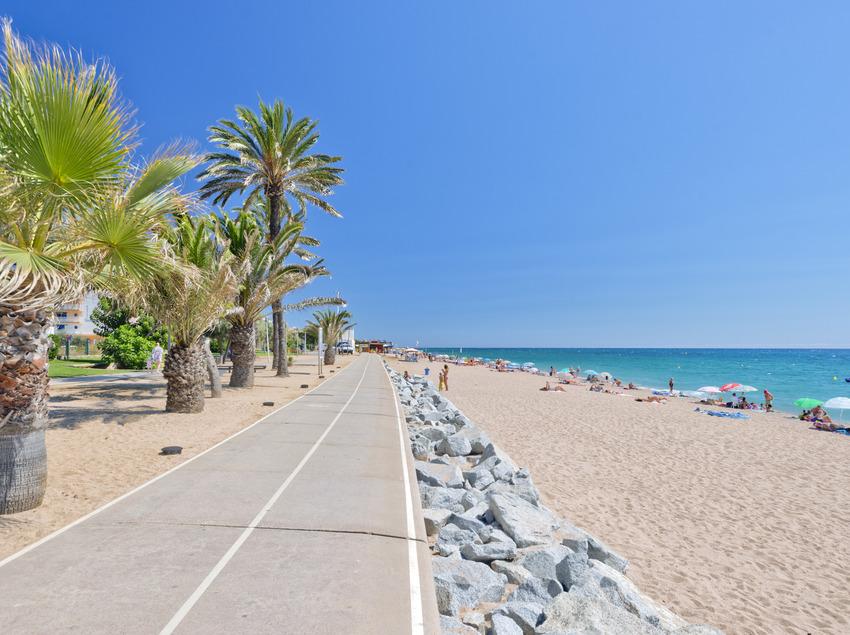 Paseo marítimo y la playa de Pineda de Mar (Joan Ribot Garros)