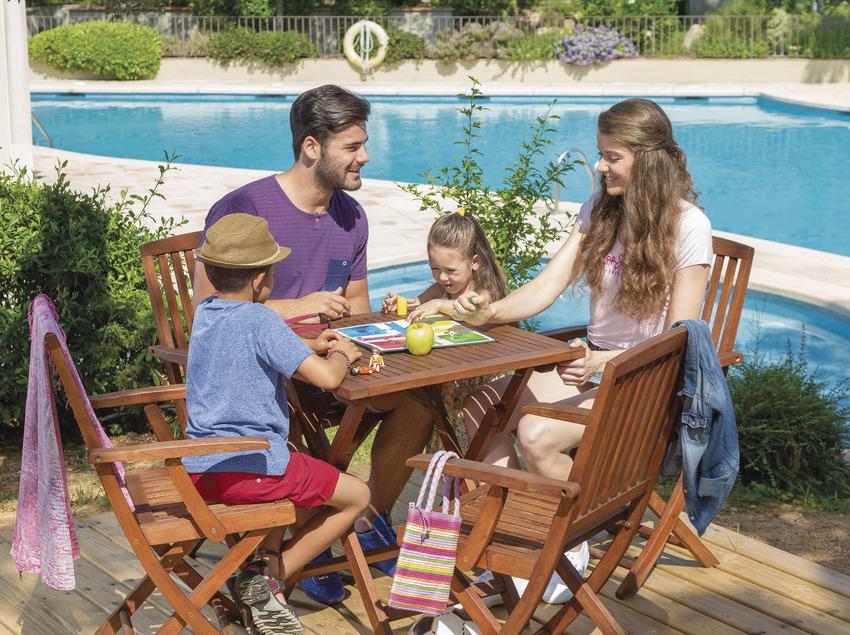 Família jugant al parxís al costat d'una piscina d'un càmping a Sant Feliu de Guíxols (Ajuntament de Sant Feliu de Guíxols)