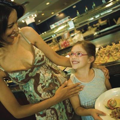 Mujer y niña en un restaurante de Lloret
