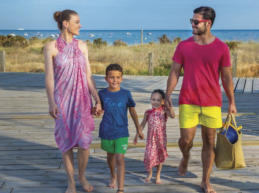 Família passejant pel passeig marítim de Sant Feliu de Guíxols (Ajuntament de Sant Feliu de Guíxols)