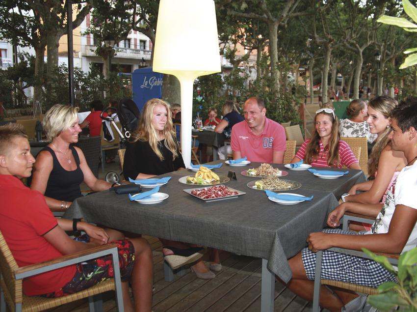 Gent menjant al passeig maritim de Calella (Ajuntament de Calella)
