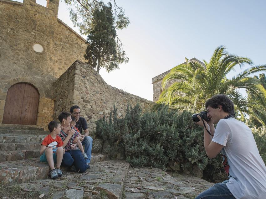 Família fent-se una foto a les escales d'una ermita de Calonge (Ajuntament de Calonge)