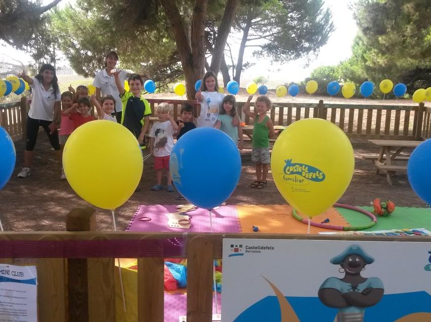 Nens celebrant una festa d'aniversari a un parc de Castelldefels (Ajuntament de Castelldefels)