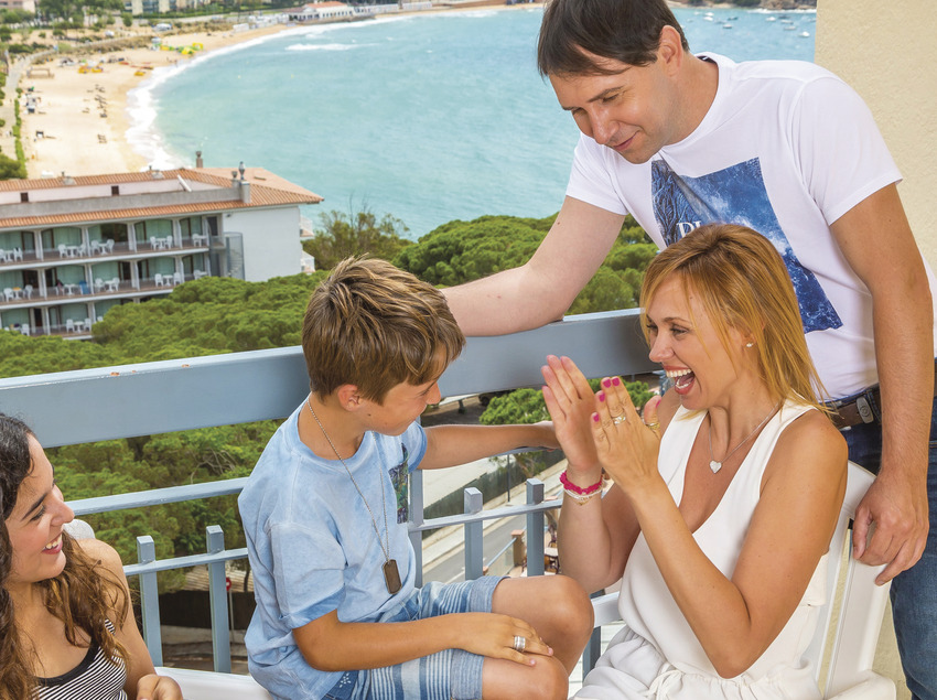 Família a la terrassa del seu apartament de Sant Feliu de Guíxols (Xevi F. Güell)
