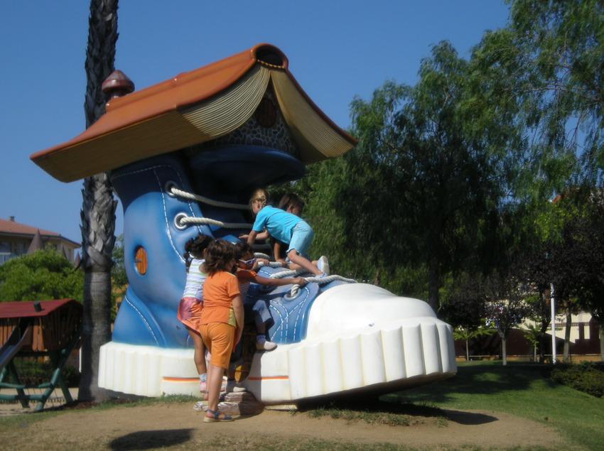 Nens jugant al parc infantil Francesc Macia al municipi de Malgrat de Mar (Ajuntament de Malgrat de Mar)