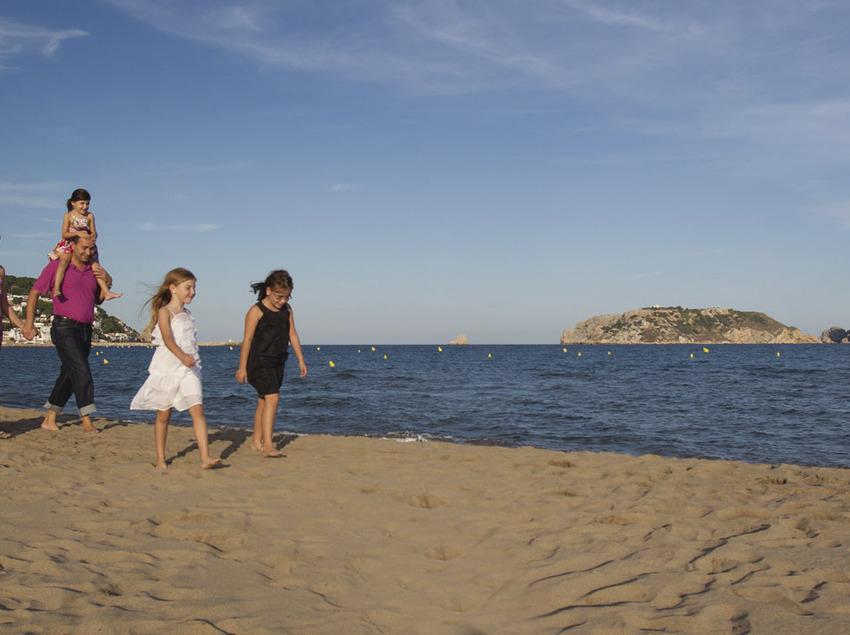 Família passejant per la platja de Torroella de Montgrí (Toni Leon)