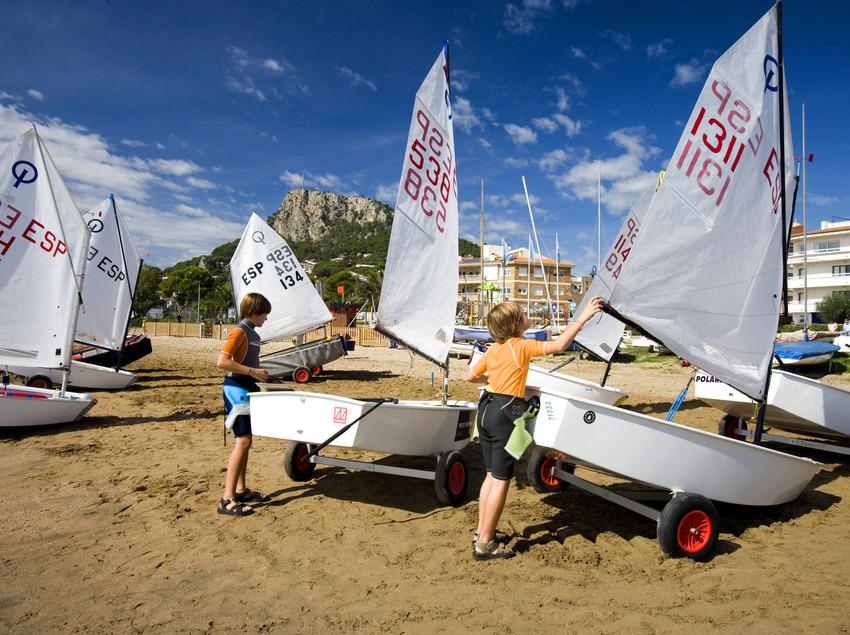 Nens preparant els seus velers a la platja de Torroella de Montgrí (Toni Leon)