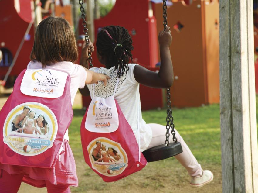 Dues nenes jugant en un parc infantil de Santa Susanna (Ajuntament de Santa Susanna)