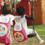 Dos niñas jugando en un parque infantil de Santa Susanna (Ajuntament de Santa Susanna)