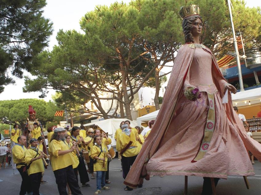 Gegants passejant pels carrer de Platja d'Aro (Ajuntament de Castell-Platja d'aro)