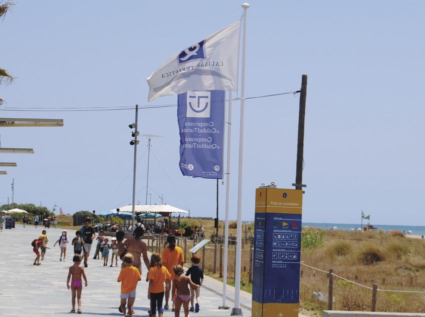 Gent passejant per la platja de Castelldefels (Ajuntament de Castelldefels)