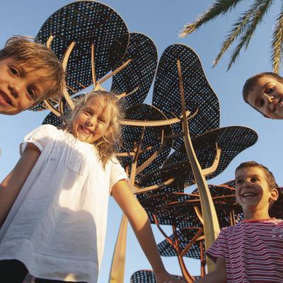 Niños en la playa la Pineda. Vila-seca (Ajuntament de Vila-seca)