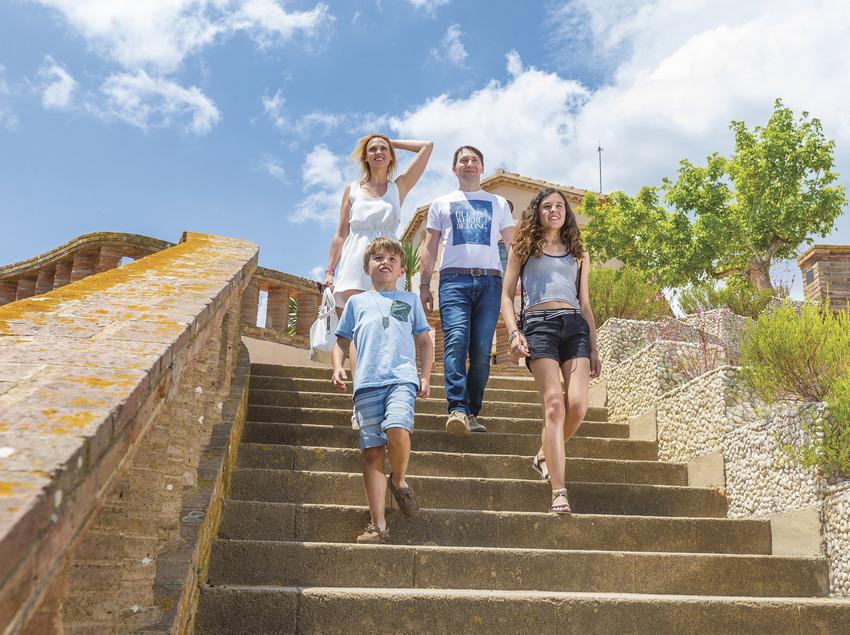 Família baixant unes escales a Sant Feliu de Guíxols (Ajuntament de Sant Feliu de Guíxols)