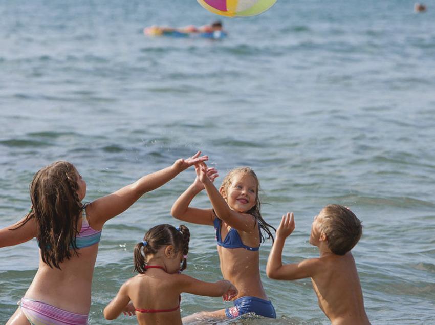 Nens jugant a la platja de la Pineda de Vila-seca (Ajuntament de Vila-seca)