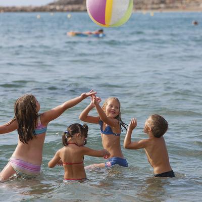Niños jugando en la playa la Pineda de Vila-seca (Ajuntament de Vila-seca)