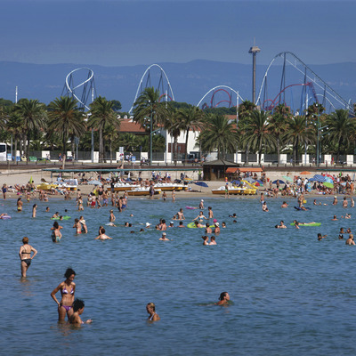 Playa la Pineda con vistas de Port Aventura (Ajuntament de Vila-seca)