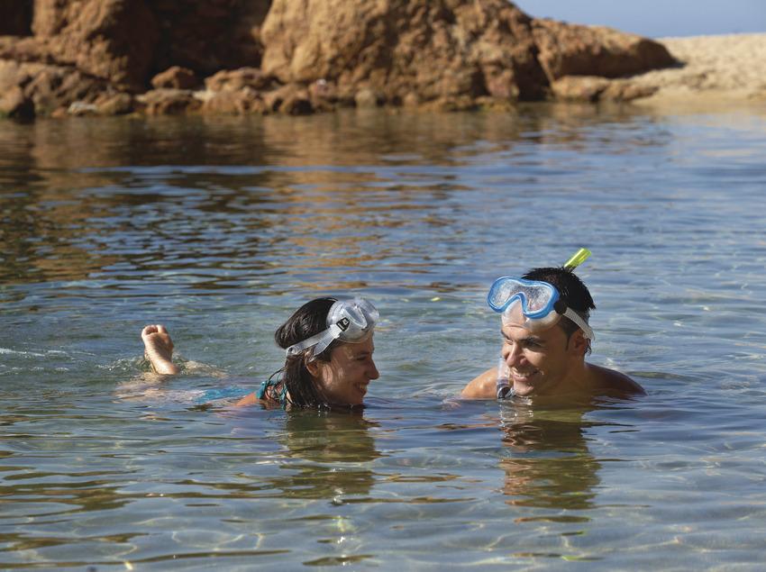 Pareja haciendo snorkel en la una cala de Calonge (Ajuntament de Calonge)