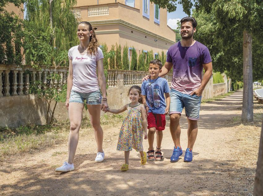Família per un carrer de Sant Feliu de Guíxols (Ajuntament de Sant Feliu de Guíxols)