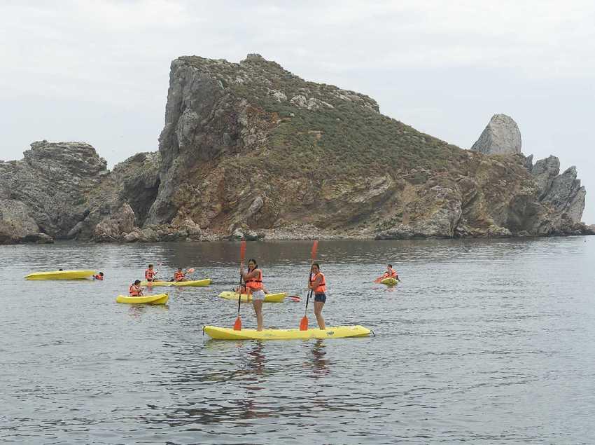 Persones amb caiacs i canoes davant la platja de Torroella de Montgrí (Ajuntament de Torroella de Montgrí)