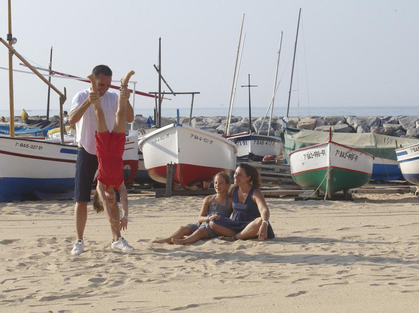 Família jugant a la platja de Calonge (Ajuntament de Calonge)