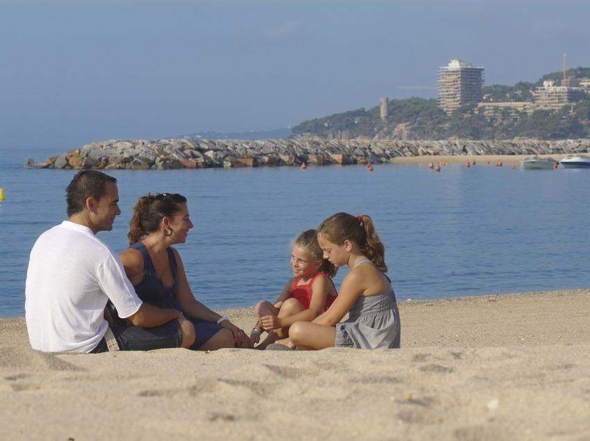Família a la platja de Calonge (Ajuntament de Calonge)