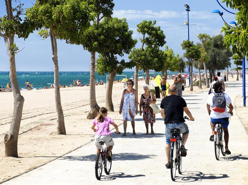 Familia paseando en bici por el paseo marítimo de Malgrat de Mar (Ajuntament de Malgrat de Mar)