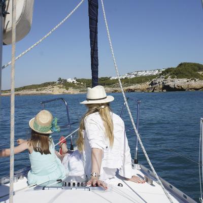 Madre e hija en un velero delante las playas de Vilanova i la Geltrú (Ajuntament de Vilanova i la Geltrú)