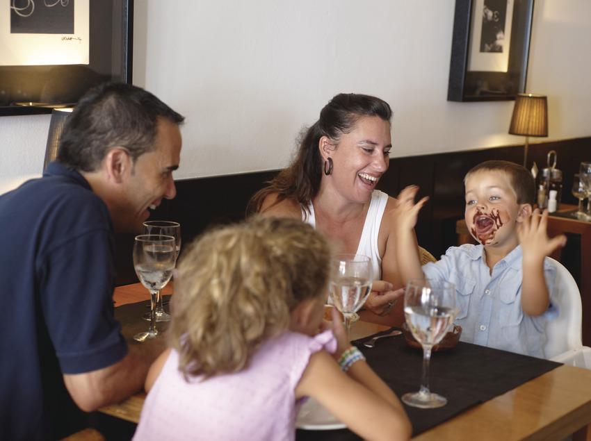 Família menjant en un restaurant de Calonge (Ajuntament de Calonge)