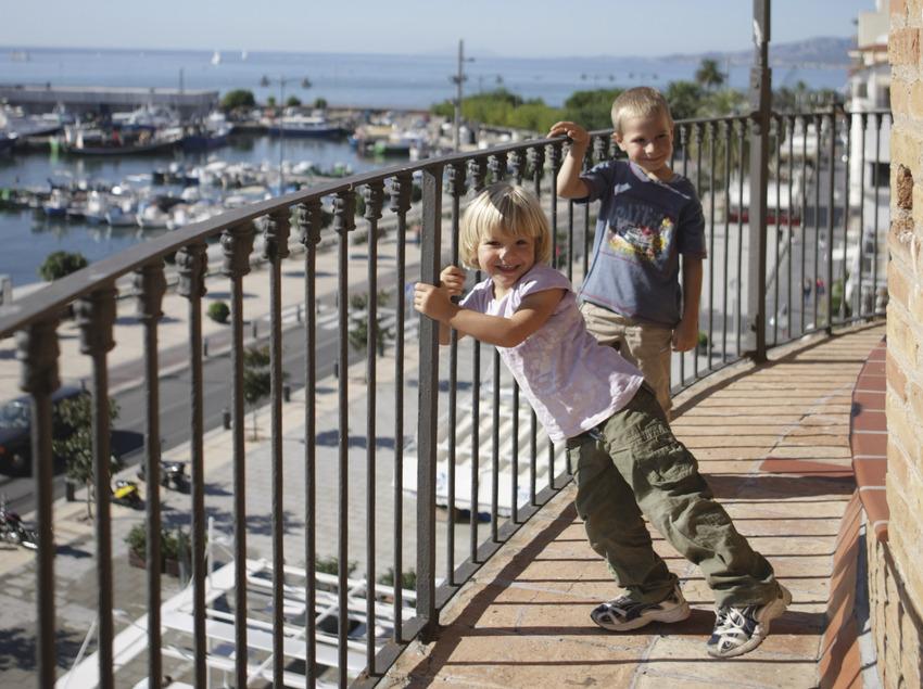 Nens a la torre del port de Cambrils (Ajuntament de Cambrils)