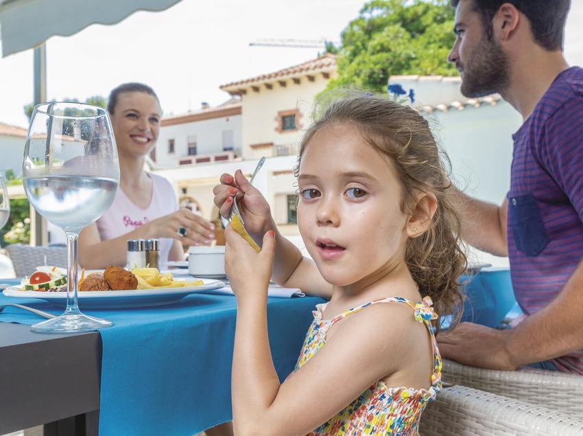 Família menjant en un restaurant de Sant Feliu de Guíxols (Ajuntament de Sant Feliu de Guíxols)