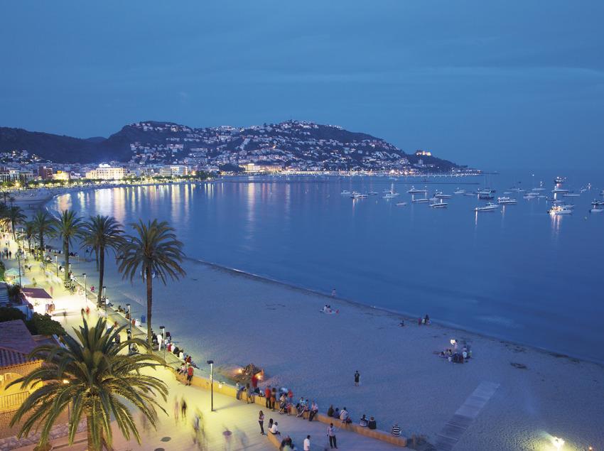 Vista panoràmica de la ciutat de Roses a la nit (Xavier Arnau)