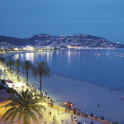 Vista panorámica de la ciudad Roses en la noche (Xavier Arnau)