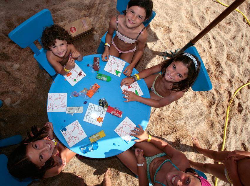 Nens dibuixant en el mini-club infantil a la platja de Lloret