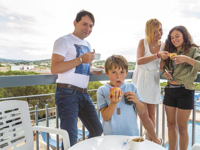Família en una terrassa d'un apartament de Sant Feliu de Guíxols (Ajuntament de Sant Feliu de Guíxols)