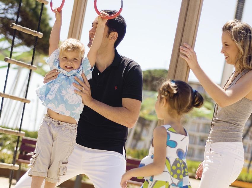 Família jugant en un parc infantil de la platja la pineda (Ajuntament de Vila-seca)