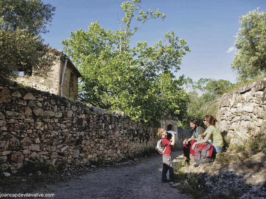 Familia haciendo senderismo por la localidad de Masroig. Costa Daurada (Joan Capdevila)