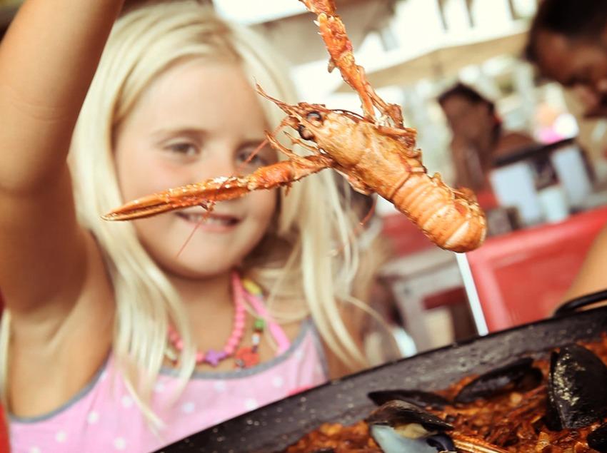 Nena amb una escamarlà en un restaurant de Salou (Ajuntament de Salou)