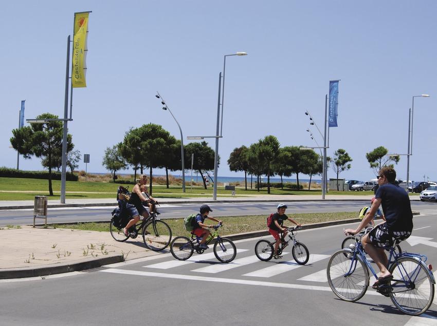 Grup de ciclistes creuen un pas de zebra prop de la platja de Castelldefels (Ajuntament de Castelldefels)