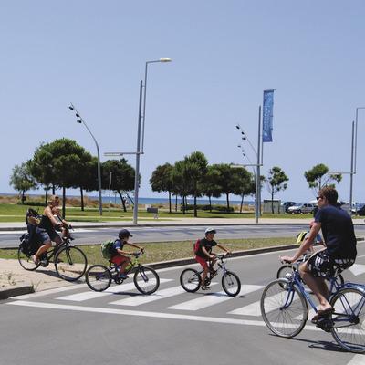 Grupo de ciclistas cruzando un paso de cebra cerca de la playa de Castelldefels  (Ajuntament de Castelldefels)