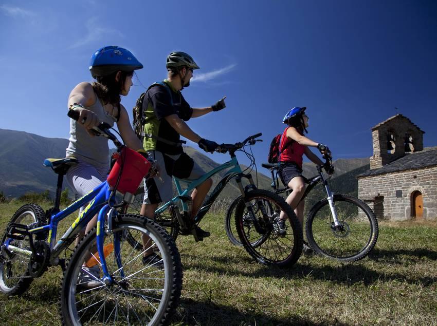 Família amb bicicletas per la Vall de Boí (Ajuntament de la Vall de Boí)