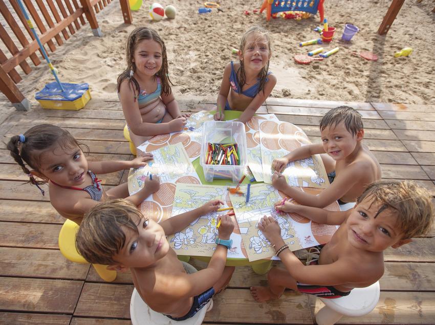Nens i nenes al club infantil del club infantil de la platja la Pineda de Vila-seca (Ajuntament de Vila-seca)
