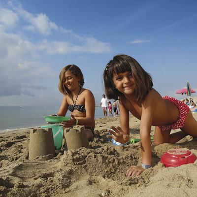 Dos nenes jugant a la platja de ponent de Salou (Rafael López-Monné)