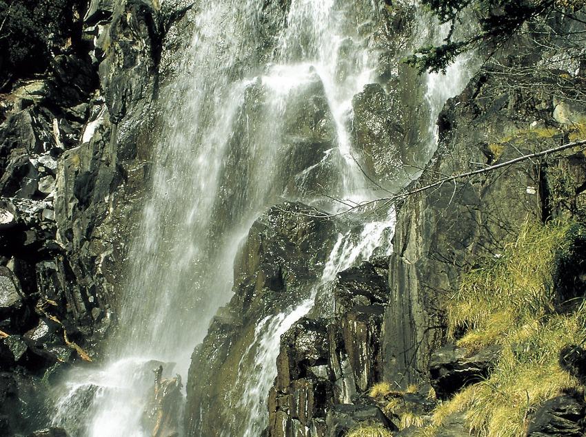 Salto de agua en el lago Ratera en el Parque Nacional de Aigüestortes i Estany de Sant Maurici.  (Turismo Verde S.L.)