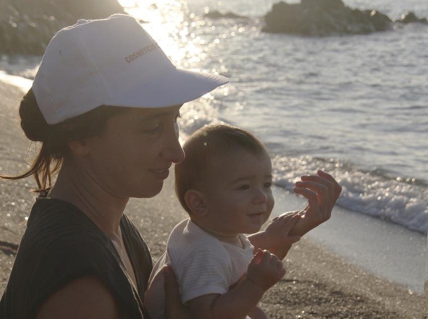 Mare i el seu nadó a la platja de Calella (Ajuntament de Calella)