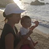 Madre y su bebé en la playa de Calella (Ajuntament de Calella)