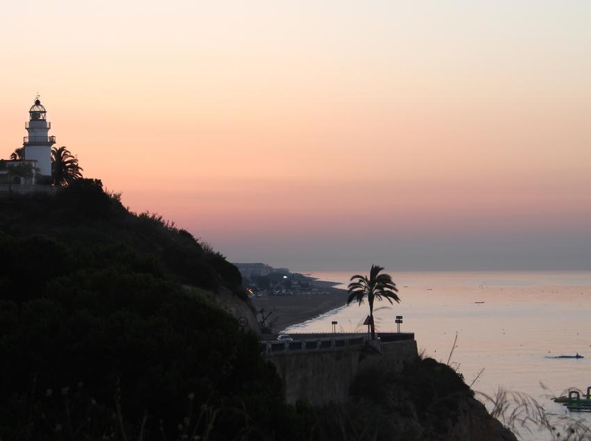 Sortida del sol amb el far de Calella de fons (Ajuntament de Calella)