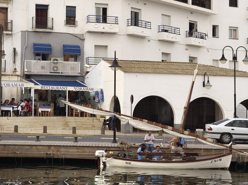 Barca en el puerto.