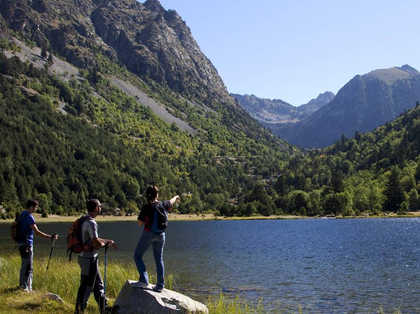 Gente en un estanco de la Vall de Boí