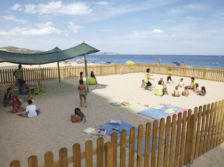 Nens jugant en un parc infantil a la platja del municipi de Platja d'Aro (Ajuntament Castell-Platja d'Aro)