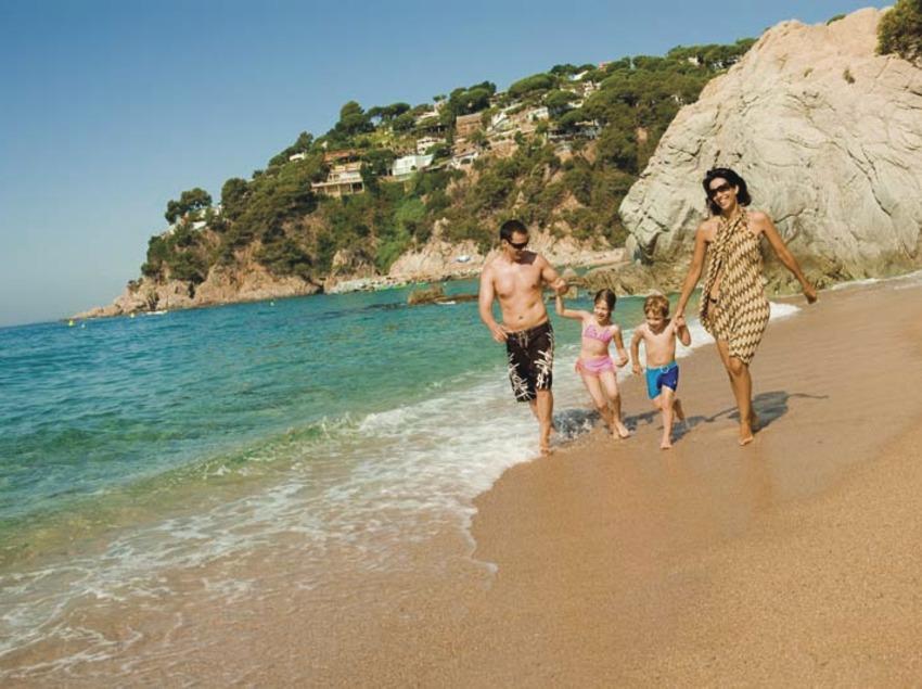 Familia caminando por la playa de Lloret de Mar